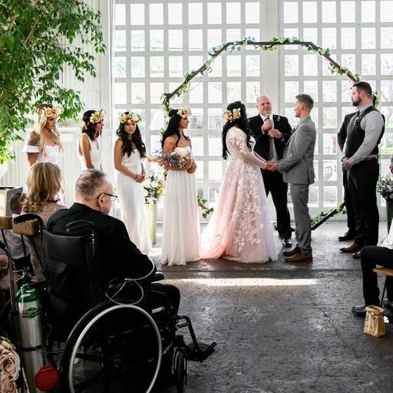 Hoe organiseer ik een rolstoelvriendelijk trouwfeest?